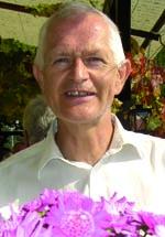 Ole Therkelsen (geboren 1948) schreibt von seinem Werdegang als ausgebildeter Chemiker und Biologe aus, wie auch auf der Basis seines lebenslangen Engagements für die Martinus Kosmologie. Seit 1980 hat er in fünfzehn Ländern in sechs unterschiedlichen Sprachen über 2000 Vorträge über die Kosmologie gehalten. Viele dieser Vorträge können auf www.oletherkelsen.dk gehört werden.